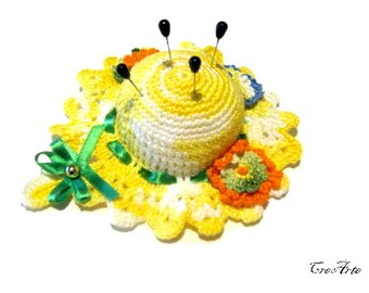 Yellow crochet hat pincushion, Cappellino puntaspilli giallo all'uncinetto