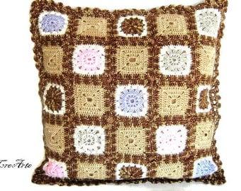 Brown crochet granny pillow, cuscino con piastrelle marrone all'uncinetto