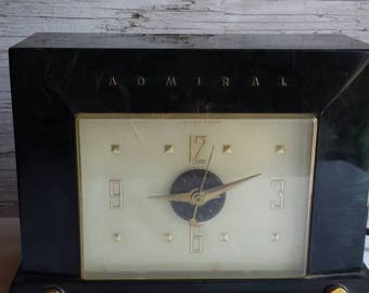 Vintage 1953 Admiral Telechron Clock/Radio Model 5J38. Green Bakelite Case. No Cracks or Chips. Missing Green Volume Knob and Alarm Set Knob