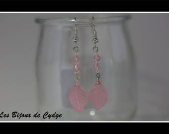 Dangle earrings with pale pink sheet and its acrylic bicones