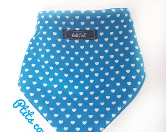 Reversible bandana bib with small hearts