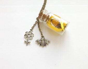 """Collier sautoir steampunk fiole de verre et abeille, """"Miel en bouteille"""""""
