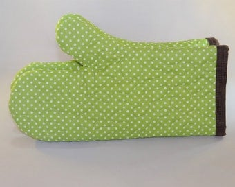 Green and white polka dot quilted oven mitts (set of 2