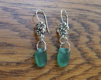 Deep green beach glass flower earrings (silver-plated)