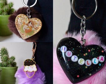 Key ring with resin pendant, pompom and heart with writings, images or open bezel, plastic key ring, resin bijoux, resin jewelery