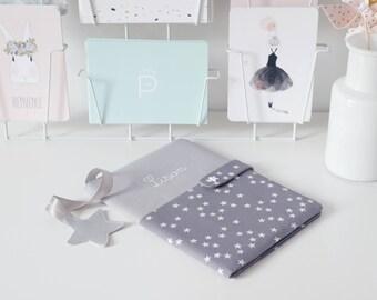 SUR COMMANDE   Protège carnet de santé Gris perle et Nuée d'étoiles blanches sur gris LISON