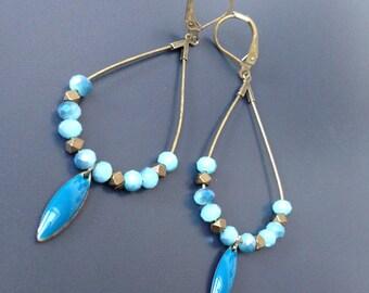 créoles gouttes de perles facettées et émail feuille bleu canard
