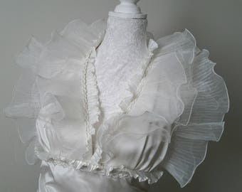 Robe de mariée  en satin et organdi ivoire