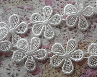 White polyester lace can be carved 3.00 cm in diameter (10 flowers).