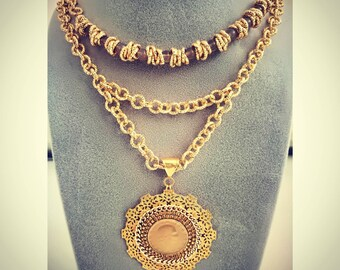 Double round necklace.