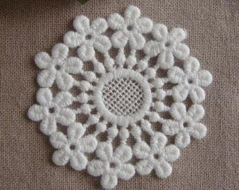Medley flowers round flat 6 cm white cotton lace embroidery applique