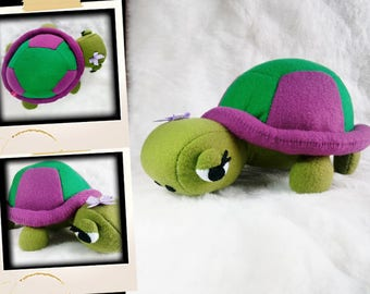 A pretty green and purple turtle APLUCHES