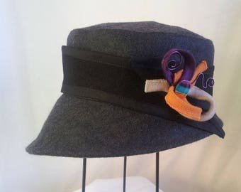 "Winter hat ""curve arrow"" in anthracite peacoat"