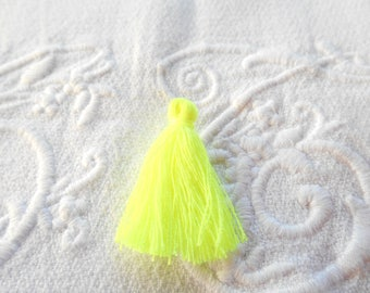 A little yellow neon 3 cm tassel.