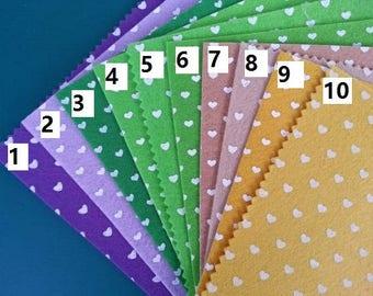 numero 9 feuille de feutrine à coeurs  15 cm *15cm jaune