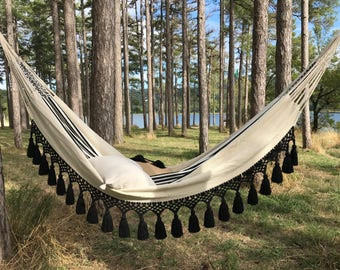 Design hammock with large tassels, very chic and Bohemian, trendy for decor for inside and outside, 2 people, ecru and black