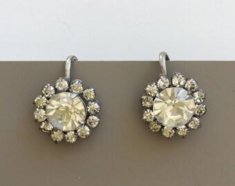 Adorable vintage flower screw back earrings