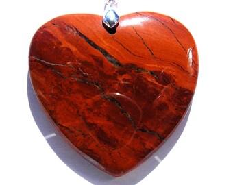 Pendentif coeur jaspe rouge de 47x48 mm pierre rouge orangé et bélière argenté de 19 mm.