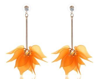 Boucle d'oreille doré pétale orange acrylique.