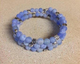 Blue agate bead memory wire bracelet - silver rose accent beads