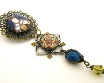 History's Queens & Historical Female Figures Collection - Queen Elizabeth I Medallion Brooch w/Medieval Charm Sapphire Czech Glass Gem
