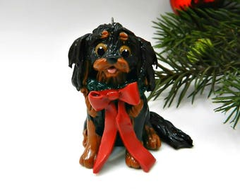 Black and Tan Cavalier King Charles Spaniel Christmas Ornament in Porcelain with Wreath