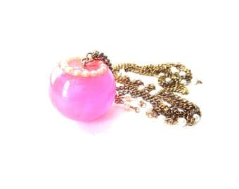 Vintage Unmarked Cute Faux Pearl & Gold Tone Chain Swirling Neon Pink Glittery Bulb / Ball / Bowl Resin / Lucite Pendant Necklace