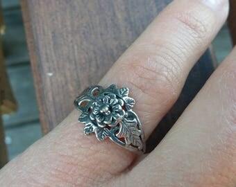 Vintage Flower Ring Sz 4 1/2