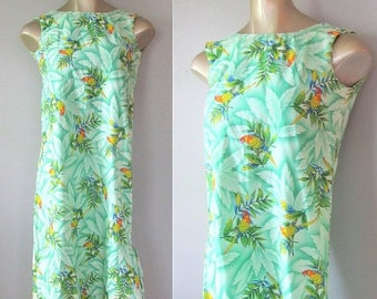 40% OFF SALE Vintage Hawaiian Print Summer Dress / Green Tropical Parrot Bird Shift Vacation Sundress / Size Small
