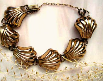 Scallop Shells Clam Shell Bracelet, Vintage Pegasus Coro Signed, Gold Metal Ribbed Links, Beach Theme Sea Cruise Bracelet