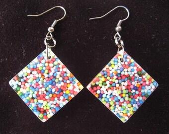 Multicolored miniperles resin diamond-shaped earrings