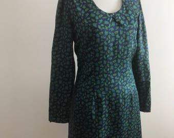 Vintage 1950s 1960s Volup Green Paisley Dress / Vintage 50s 60s Green Silk Long Sleeve Shift Dress / Handmade Vintage Dress