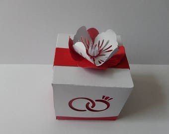 Containing sweets gift with personalized flower shape.