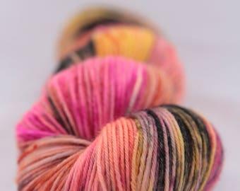 Echeveau de laine teint à la main - superwash - mérinos - fil fingering - tacheté - OOAK E