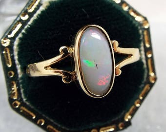 Vintage 9ct Gold Pretty Natural Oval White Opal Solitaire Ring / Size S 1/2