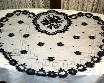 Vintage ladies chantilly lace mantia head covering.  Very good condition.  Beautiful!