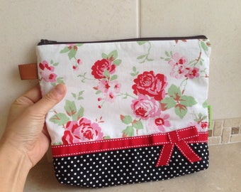 Flower and black dots pouch: white