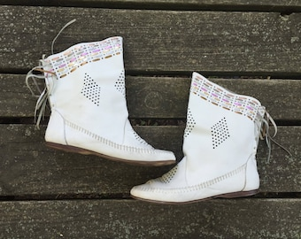 Boots - Size 7.5 White Leather Ankle Boots Granny Booties Fringe Disco Hippie Unicorn Compulsion Womens 7 1/2