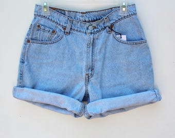 Women's Levi's Relaxed Fit Stonewashed Denim Shorts / Size 7 JR - Not High Waisted / 29 Waist, 10 Rise, 7 Inseam / Free Shipping