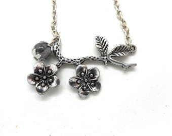 The Choker necklace branch floral and pink natural gray Pearl