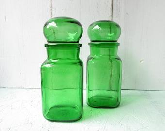 Set of 2 vintage green apothecary bottles with lid. Glass bottles. Medicine bottles.