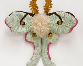 Buttercup Floofykins ze Bebe Mof / Crochet Luna Moth Soft Sculpture / Handmade Amigurumi Moth Art / Nature Wall Decor