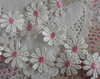 Lace white flowers with Pink Hearts polyester that can be carved 2.50 cm in diameter (10 flowers).