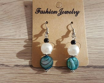 hook and bead earrings in silver, mother of Pearl and acrylic Pearl White