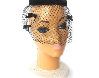 Vintage 1950s Women's Black Velvet Ring Hat with Netting Veil and Velvet Bows / Birdcage Netting / Cocktail Hat / Hat Pin/ Pin Up Style
