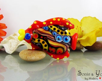 1 sculptured fish bead - it's a original Sonic & Yoko by Michou Design