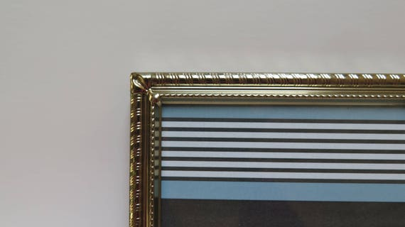 Double Hinged Folding 5 x 7 Brass Bi-Fold Picture Frame Has