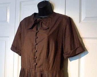 Brown and Black Gingham Shirtwaist Dress 1950s 1960s vintage Parklane day dress bowtie checked pleated full skirt checkered rockabilly plaid