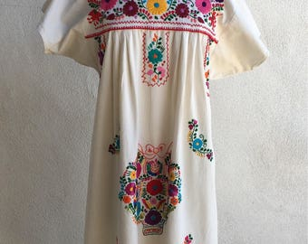Vintage boho Mexican Embroidered floral off white cotton dress sz M L