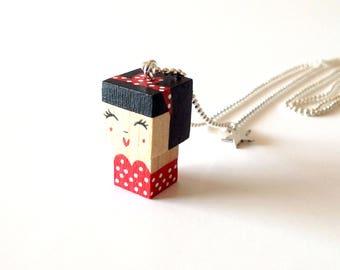 """Collier chaîne bille pendentif figurine cubique """"Pin-up"""" style rétro - robe bustier rouge à pois blanc"""